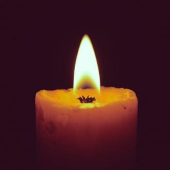 vela-encendida-en-negro-con-efecto-de-filtro-retro_1356-277